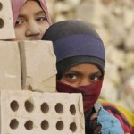 Iraqi women work in the brick factory in the town of Nahrawan east of Baghdad, March 8, 2012. REUTERS/Thaier al-Sudani (IRAQ - Tags: SOCIETY BUSINESS EMPLOYMENT) - RTR2Z1EF